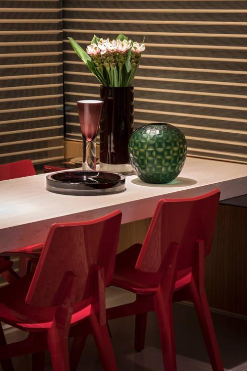 APTO DO JOVEM CASAL: Sala de jantar  por Nara Cunha Arquitetura e Interiores