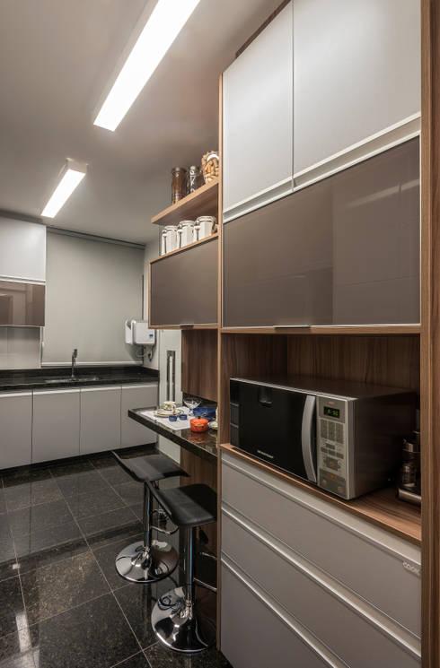 APTO DO JOVEM CASAL: Cozinhas modernas por Nara Cunha Arquitetura e Interiores