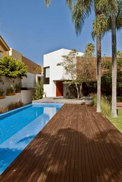 CASA RP: Albercas de estilo moderno por Alvaro Moragrega / arquitecto