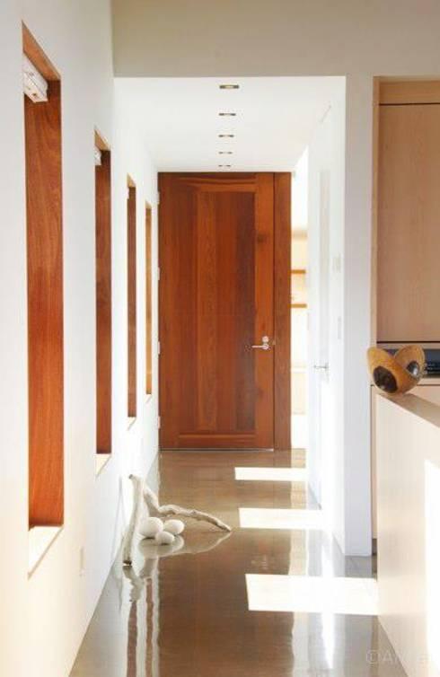 Lani Nui Ranch: Pasillos y recibidores de estilo  por Alvaro Moragrega / arquitecto