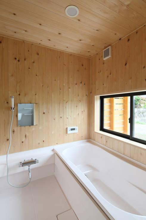 Casas de banho  por 芦田成人建築設計事務所