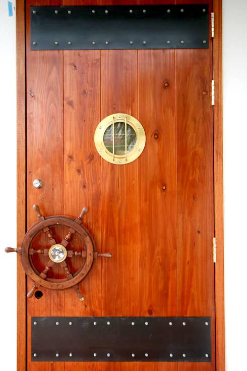 エントランスドア: Arms DESIGNが手掛けた家です。