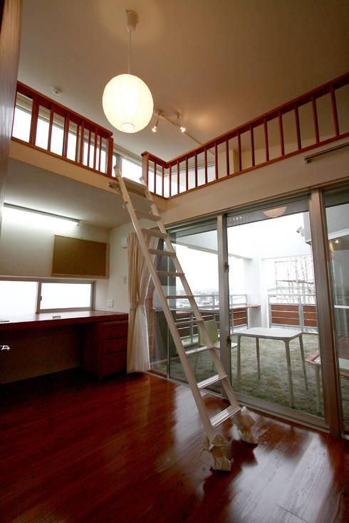子供たちのスペース: Arms DESIGNが手掛けた子供部屋です。