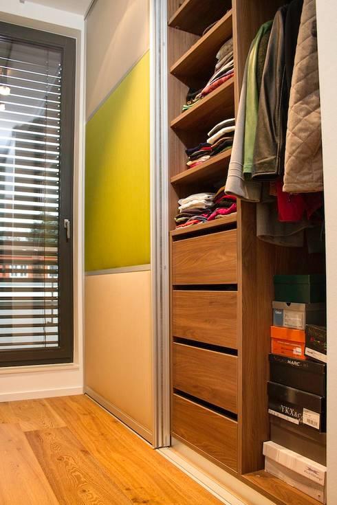 Vestidores y closets de estilo  por Helm Design by Helm Einrichtung GmbH