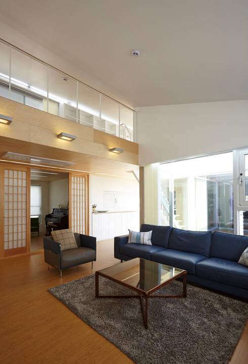따뜻한 벽돌집: 스마트건축사사무소의  거실