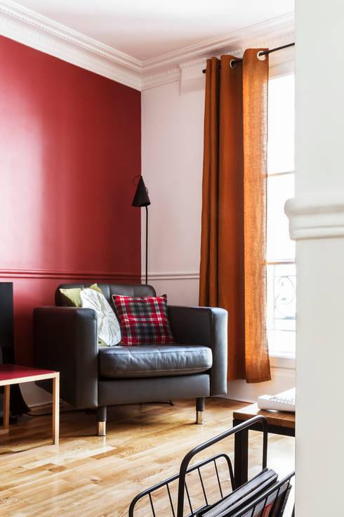 Pièce à vivre : salon - Appartement industriel chic & moderne 55m2 - 75010 Paris: Salon de style  par Espaces à Rêver