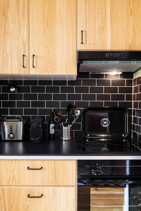 Pièce à vivre : cuisine ouverte  - Appartement industriel chic & moderne 55m2 - 75010 Paris: Cuisine de style  par Espaces à Rêver