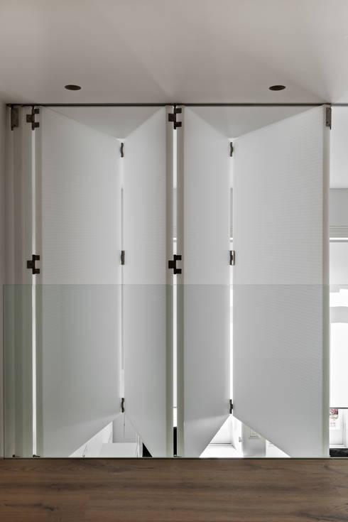 Finestre & Porte in stile in stile Moderno di Viewport Studio