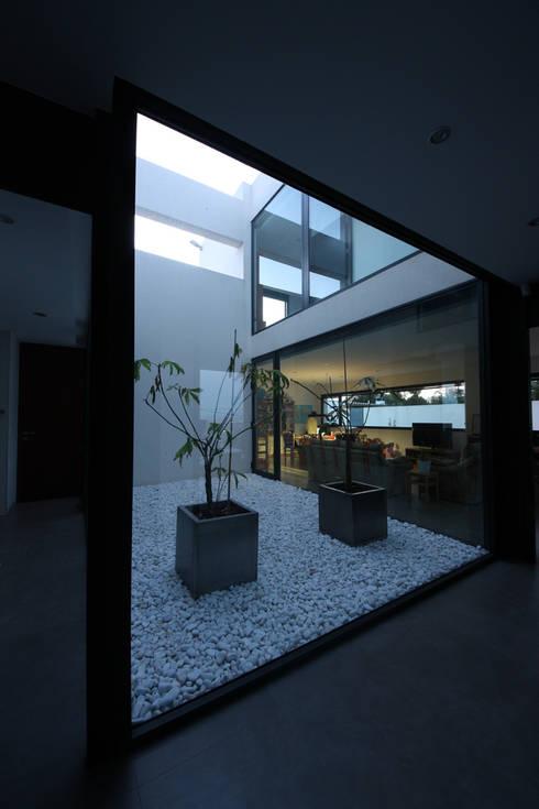 Patio interior: Pasillos y vestíbulos de estilo  de GOELIN ARQUITECTOS