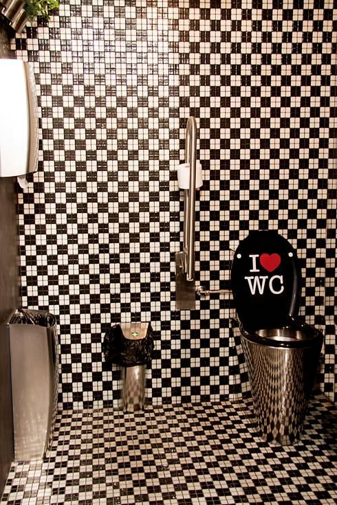 """Bathroom """"Somos lo que comemos"""": Baños de estilo  de  Simona Garufi"""