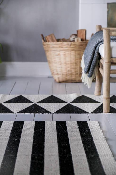 Vestíbulos, pasillos y escaleras de estilo  por Nordic Nest