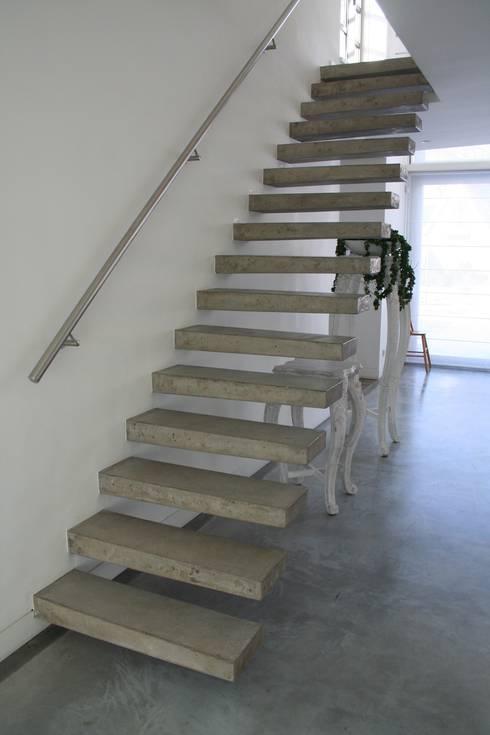Прихожая, коридор и лестницы в . Автор – Allstairs Trappenshowroom