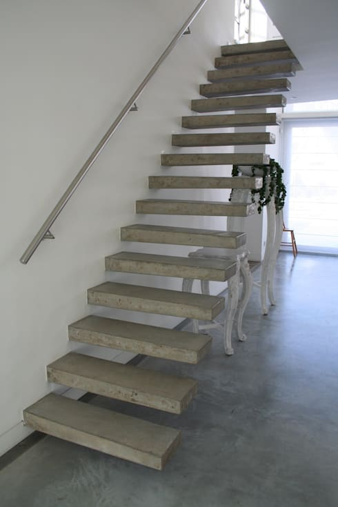 Zwevende betonnen trappen: moderne Gang, hal & trappenhuis door Allstairs Trappenshowroom