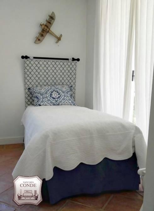Dormitorios de estilo moderno por Tapicería Conde