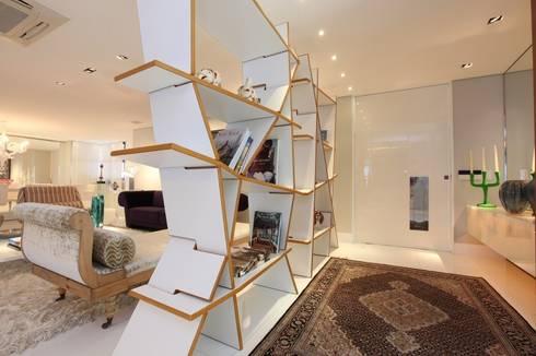 Edifício Jardim Atlântico : Corredores e halls de entrada  por Rodrigo Maia Arquitetura + Design