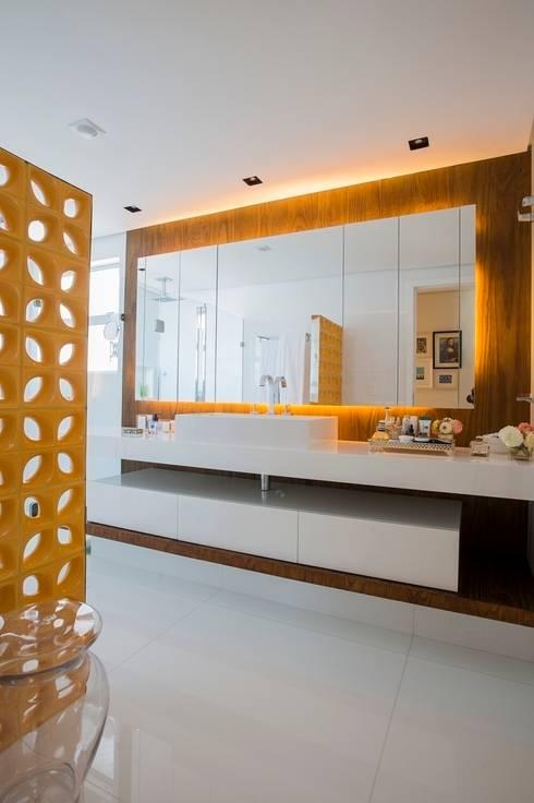 Ed. Único Condominium Classic: Banheiros modernos por Rodrigo Maia Arquitetura + Design