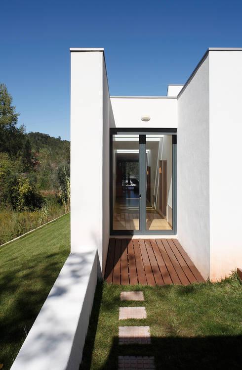 Casa Almalaguês: Casas modernas por António Carvalho - Arquitectura e Urbanismo, Lda.