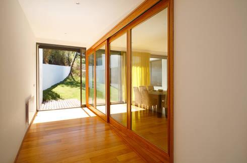 Casa Almalaguês: Salas de jantar modernas por António Carvalho - Arquitectura e Urbanismo, Lda.