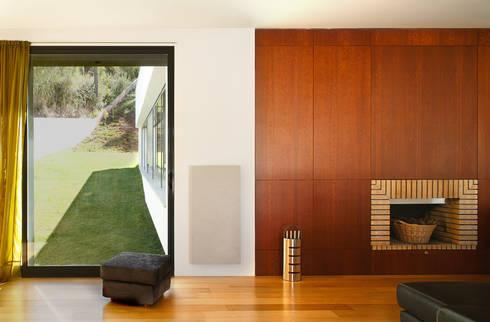 Casa Almalaguês: Salas de estar modernas por António Carvalho - Arquitectura e Urbanismo, Lda.