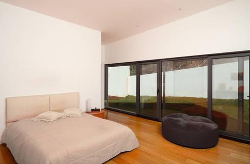 Casa Almalaguês: Quartos modernos por António Carvalho - Arquitectura e Urbanismo, Lda.