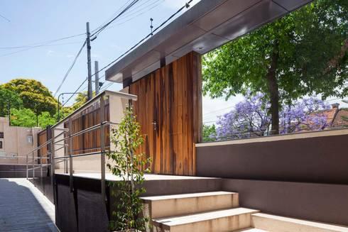 Stay Martinez: Pasillos y recibidores de estilo  por LLACAY arquitectos