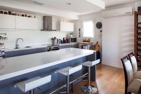 Stay Martinez: Cocinas de estilo moderno por LLACAY arquitectos