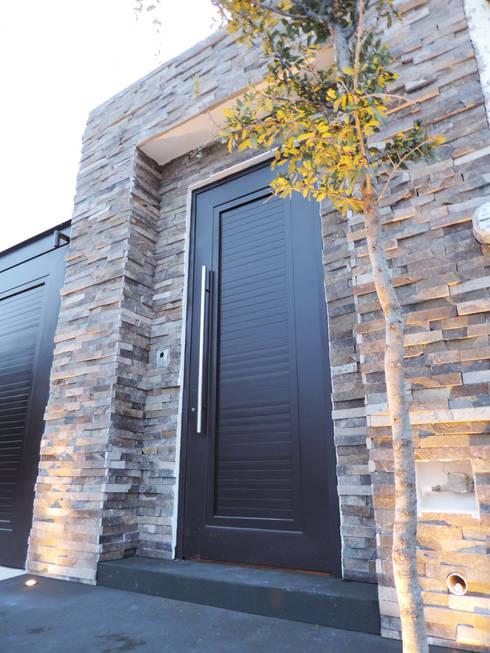 Casa SF: Casas de estilo moderno por acosta arquitecto