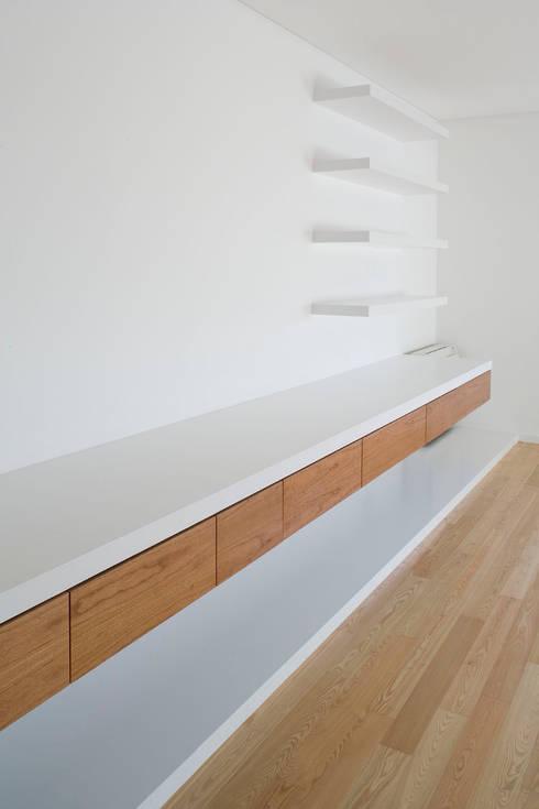 Sala: Salas de estar modernas por Atelier do Corvo