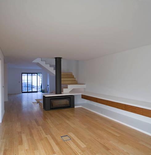 Piso 1: Salas de estar modernas por Atelier do Corvo