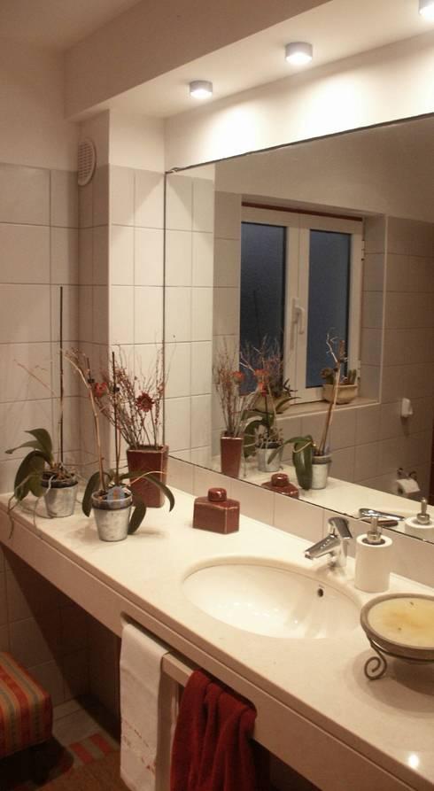Moradia urbana no alentejo: Casas de banho clássicas por AGUA-MESTRA, Lda;