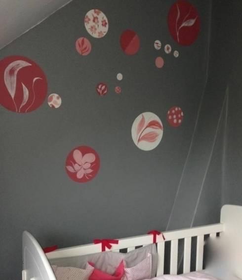 Poésie florale et murale autour du berceau de bébé: Chambre d'enfant de style  par Bleu d'avril