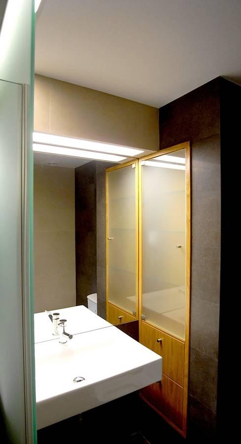 Remodelação de apartamento em Oeiras: Casas de banho modernas por AGUA-MESTRA, Lda;
