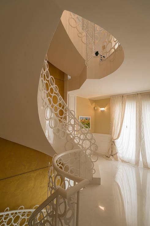 Vestíbulos, pasillos y escaleras de estilo  por Studio di Urbanistica ed Architettura
