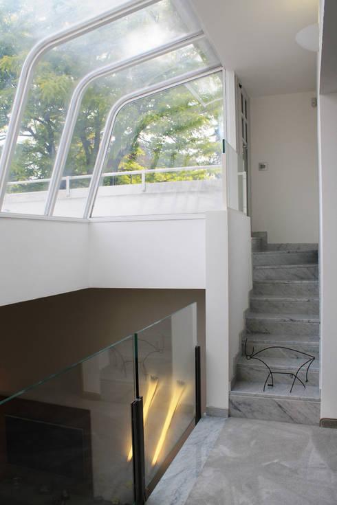 La scala che conduce al solarium: Ingresso & Corridoio in stile  di Zenith-Studio Architetti Associati