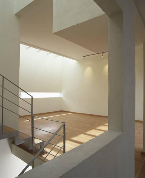 B221: Salas de estilo moderno por Micheas Arquitectos