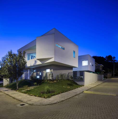 Casa 2V: Casas modernas por br3 arquitetos