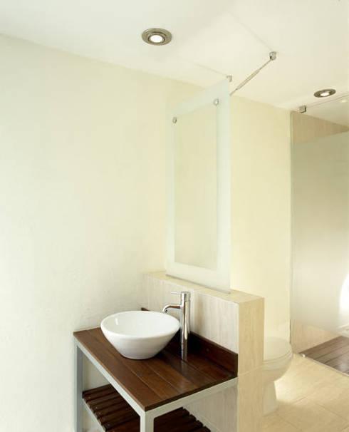 B221: Baños de estilo  por Micheas Arquitectos