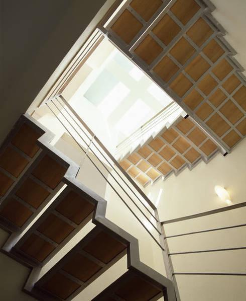 B221: Vestíbulos, pasillos y escaleras de estilo  por Micheas Arquitectos