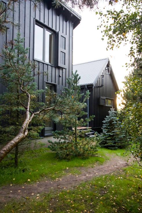 Widok ze wschodu, elewacja północno-wschodnia: styl , w kategorii Domy zaprojektowany przez Magdalena Zawada