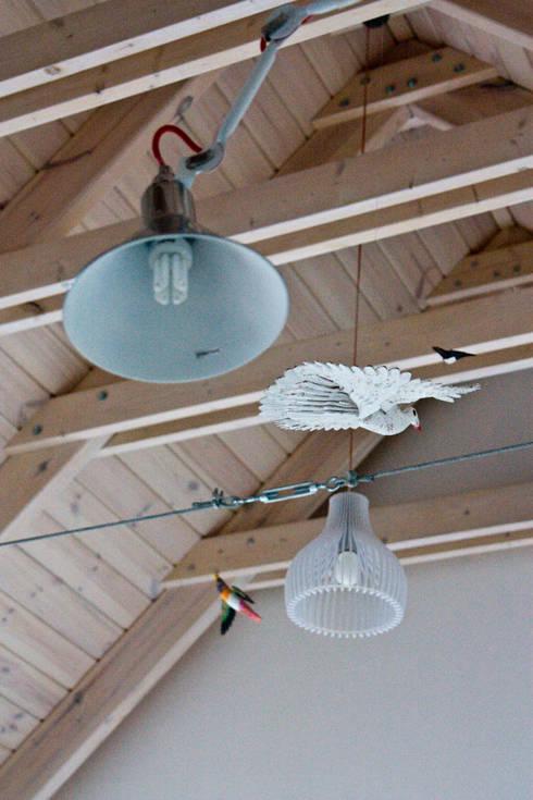 Wyeksponowana więźba dachowa w części dziennej: styl , w kategorii Salon zaprojektowany przez Magdalena Zawada