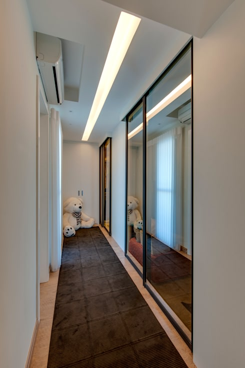 Cobertura Duplex: Closets modernos por Lucia Navajas -Arquitetura & Interiores