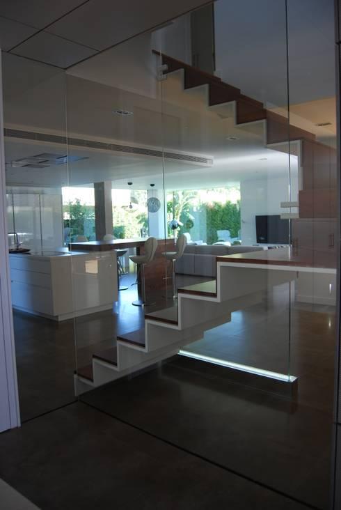 Vista desde la escalera a cocina y salón: Salones de estilo moderno de Duart-Vila Arquitectes S.L.P.