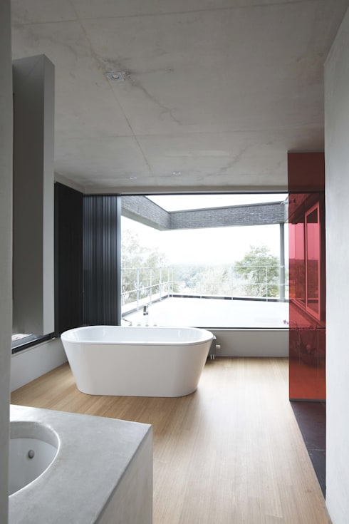 House HU: Salle de bains de style  par CONIX RDBM Architects