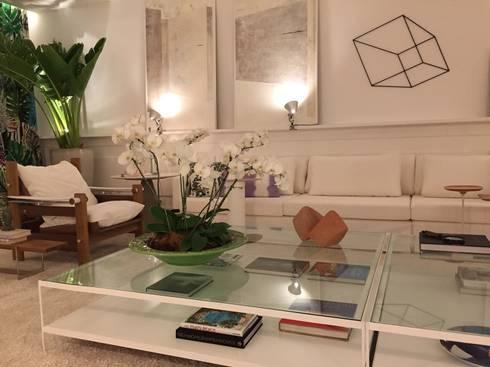 Casa Cor Ceará 2014: Salas de estar tropicais por Rodrigo Maia Arquitetura + Design