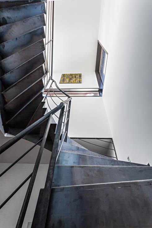Projekty,  Korytarz, przedpokój zaprojektowane przez Hugues TOURNIER Architecte