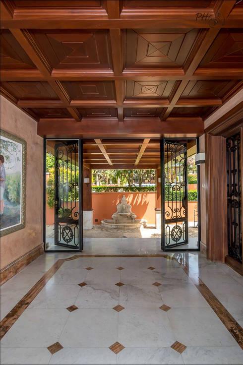 Pasillos y recibidores de estilo  por Hansen Properties