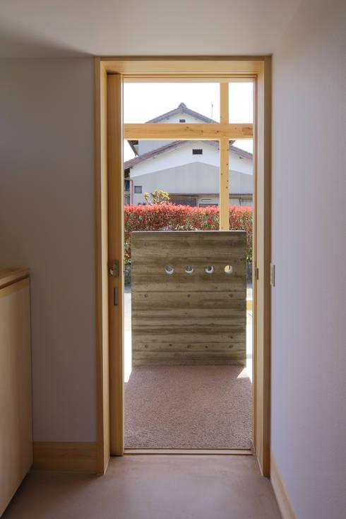 Ventanas de estilo  por 芦田成人建築設計事務所
