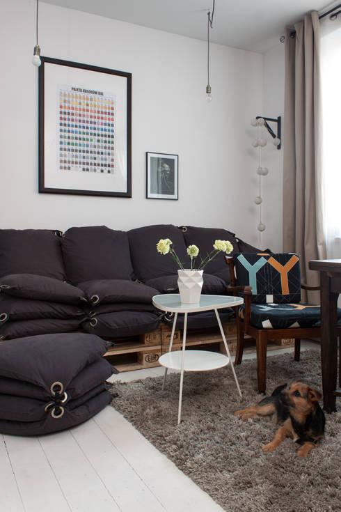 Kawalerka w Poznaniu: styl , w kategorii Salon zaprojektowany przez Kraupe Studio
