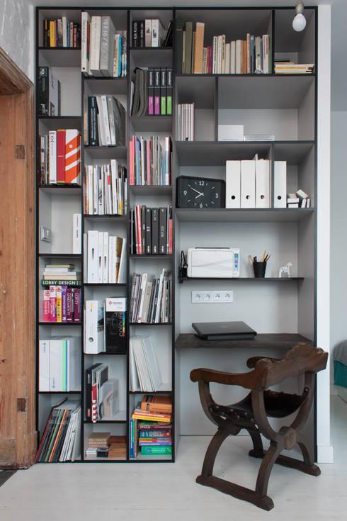 Kawalerka w Poznaniu: styl , w kategorii Domowe biuro i gabinet zaprojektowany przez Kraupe Studio