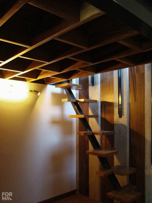 Pasillos y recibidores de estilo  por Forma Taller
